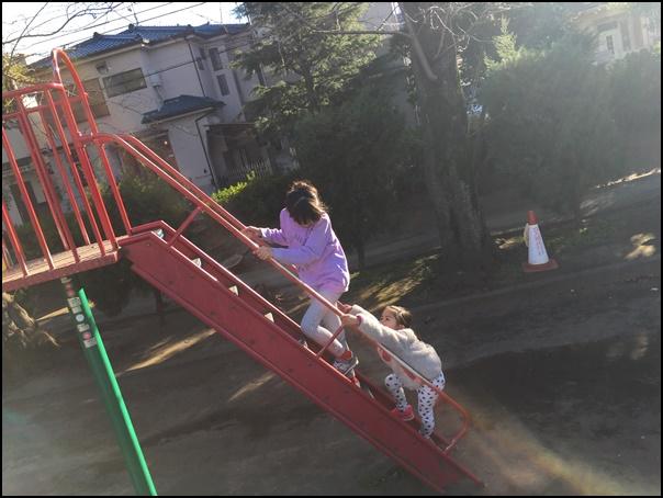 徳殿公園滑り台で