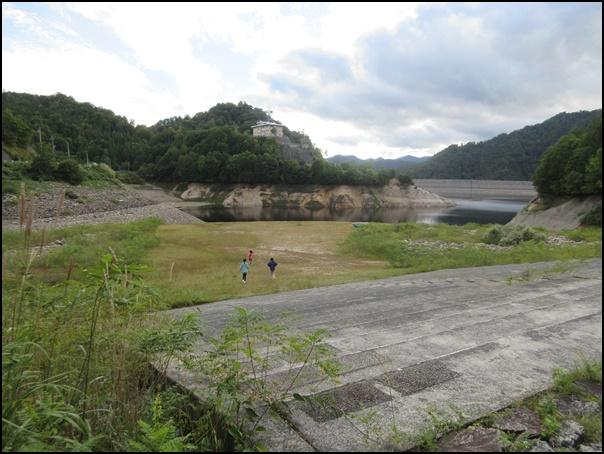 ダムと貯水池と子供達